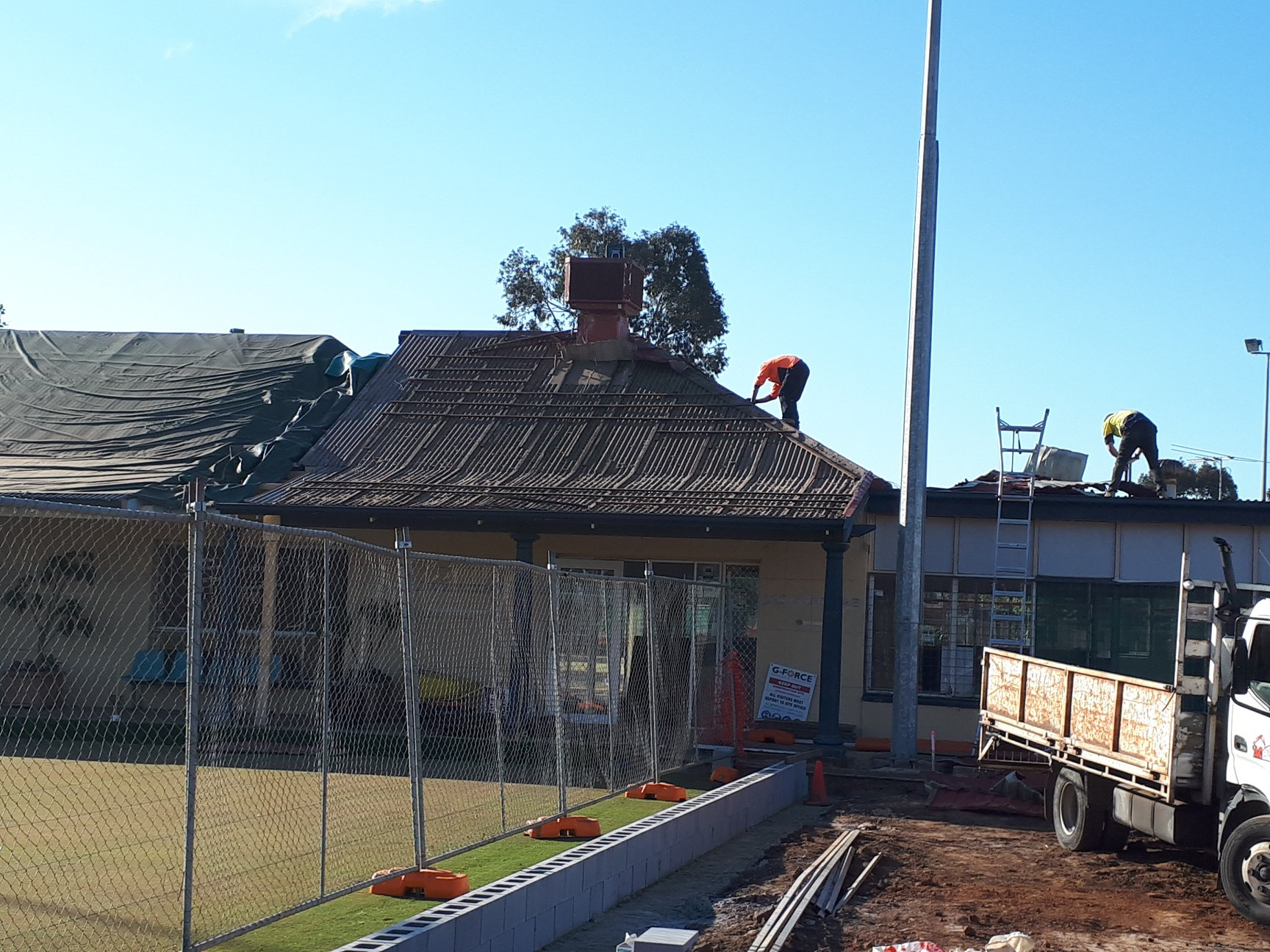 181025 Last stage of roofing works underway