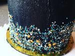 Szórócukros díszítés vajkrémmel burkolt tortán