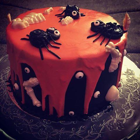 halloween-torta-karamell-habbal-parizsi-kremmel-konnyu-piskotaval-glazurshop-tortaiskola-1-6