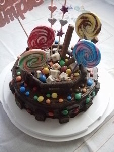 Tortas decoradas con golosinas y chocolates (8)