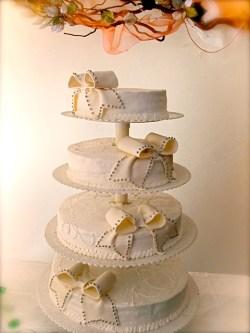 #c160 (12) Свадебный торт на подставке с бантами