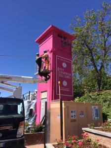 Torre della Centrale elettrica di Castellania mentre viene dipinta di rosa