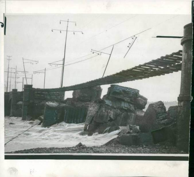 Ponte ferroviario crollato per le intemperie