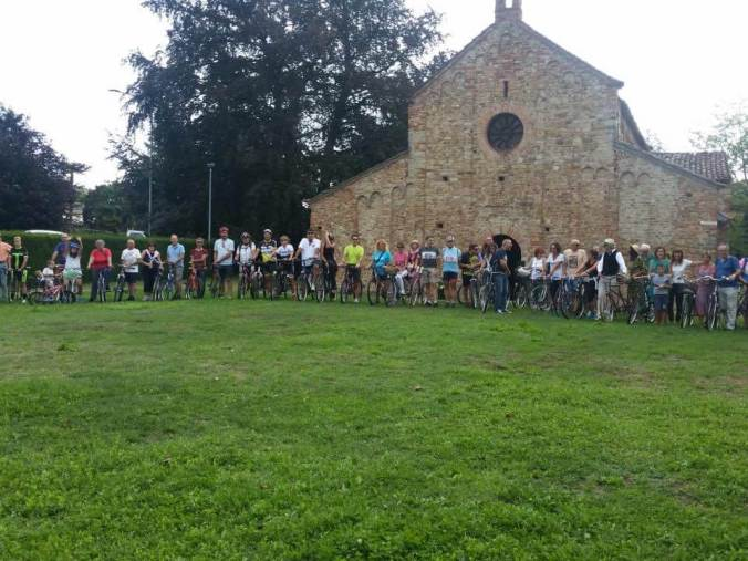 Il gruppo pro-pista ciclabile davanti alla Pieve di Viguzzolo