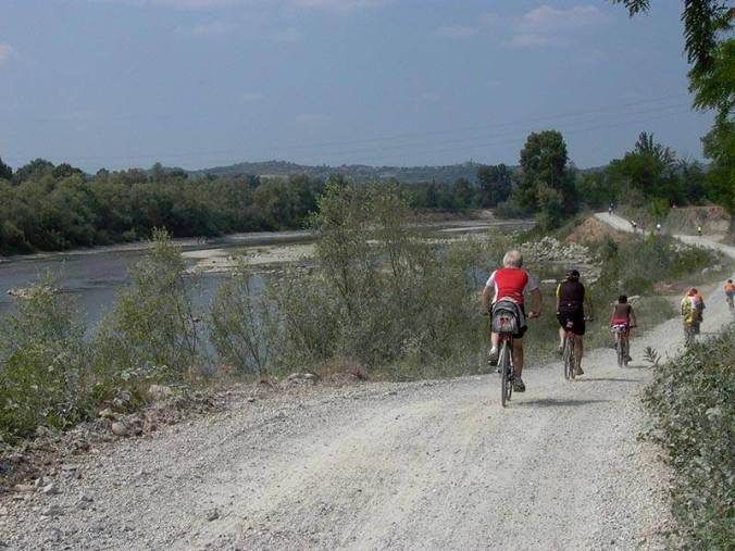 Bicistaffetta FIAB Federazione Italiana Amici della Bicicletta sul percorso AIDA