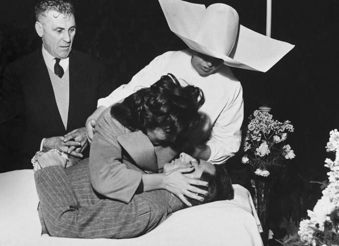La Dama Bianca Piange la salma di Fausto Coppi
