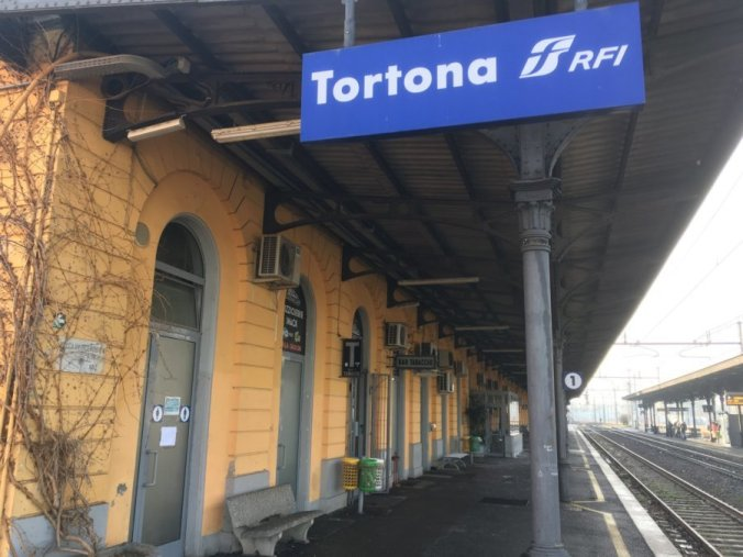 La stazione di Tortona, in primo piano il bagno guasto
