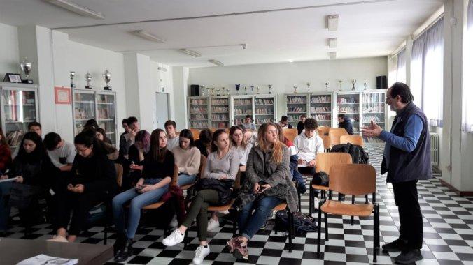 Il pubblico e Rocco Diana ascoltano la conferenza del Maestro Armando Bergaglio