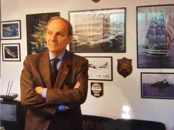 Una delle foto che ritraggono il dott. Franco Levati oggi in possesso della biblioteca di Tortona