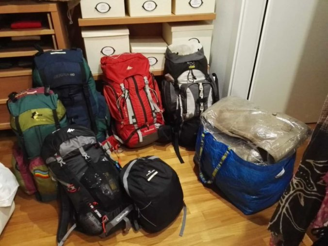 Gli zaini pronti per partire per Genova