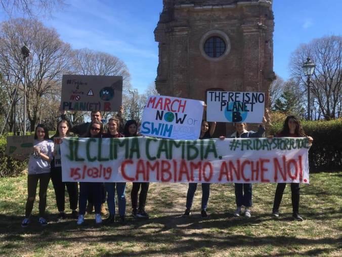 I ragazzi delle scuole di Tortona al Climate Strike del 15 maggio sotto la torre del Castello di Tortona