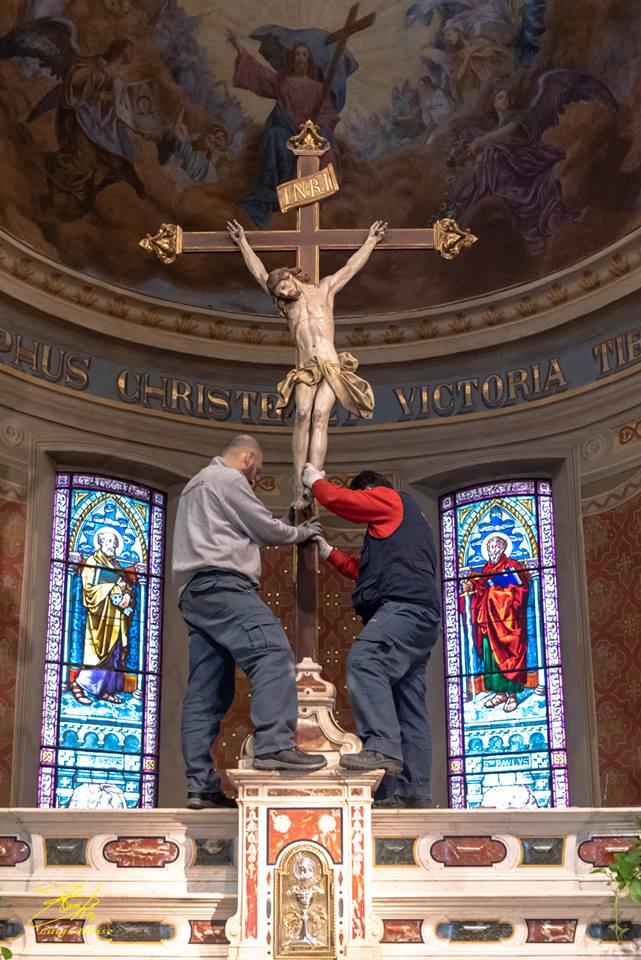 La sistemazione del crocifisso ligneo di maragliano sull'altare della Chiesa parrocchiale di Castelnuovo Scrivia