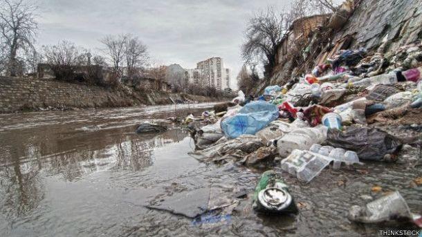 plástico en rio
