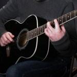 欠ける、割れる、弱い爪を補強するダイソーの爪強化ベースコートの使用レポート!ギターでフィンガーピッキングを多用する人や爪を伸ばしたい人にオススメ!