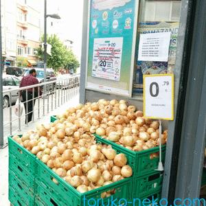onion スーパーマーケ―ットでタマネギが山積みになって売られている写真。トルコ イスタンブール 猫歩き 画像