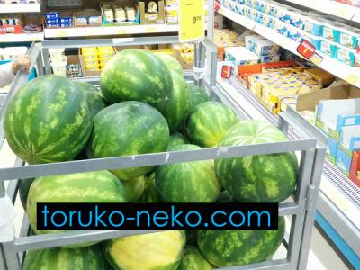 watermelon トルコ イスタンブール 猫歩き スーパーマーケットで金かごに入れられてスイカが売られている写真 画像