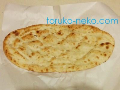 トルコのイスタンブールで、美味しいピデがお皿に載っている 種類はサーデ ピデ というもの