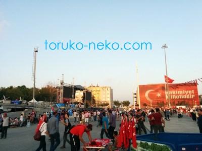 taksim タクシム広場の様子 ステージがあり、人が沢山集まっている 2016年7月31日の様子