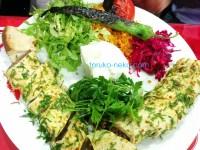 ベイティ トルコ料理 世界三大料理のひとつ イスタンブール トルコ 猫歩き 豪盛 シシトウ ヨーグルト レタスの千切り トマト ブルグルなどが写っている