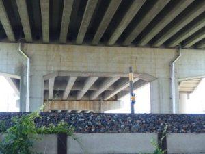 跨線橋へ橋梁用排水管を設置例