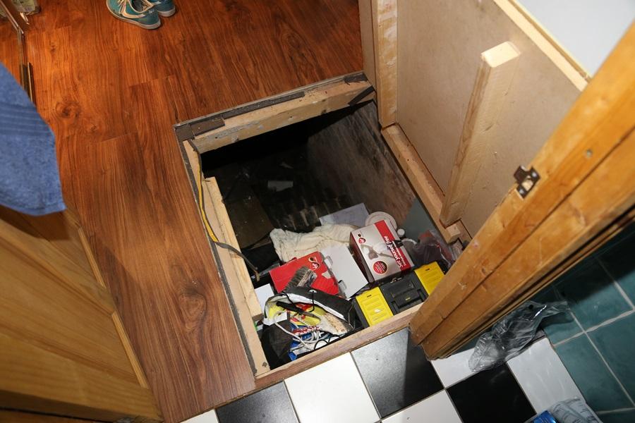 At a closer look, the floor hatch reveals its secrets – Source: Imgur/ demc7