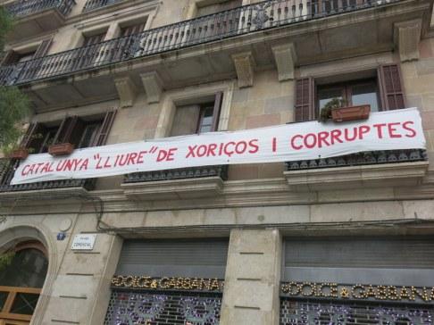 Visca Catalunya lliure! Lliure de l'estat coorupte espanyol i també dels corruptes i poderosos catalans. Barri del Born. Diada 11/9/2013.