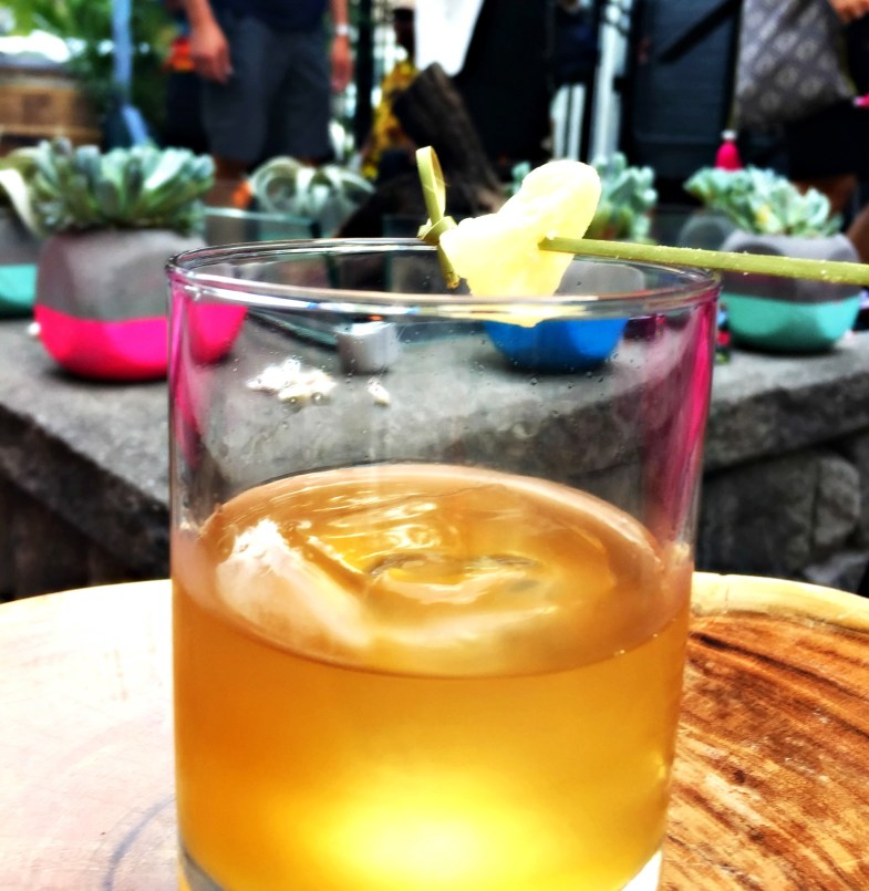 Ananas old fashioned cocktail with pineapple twist