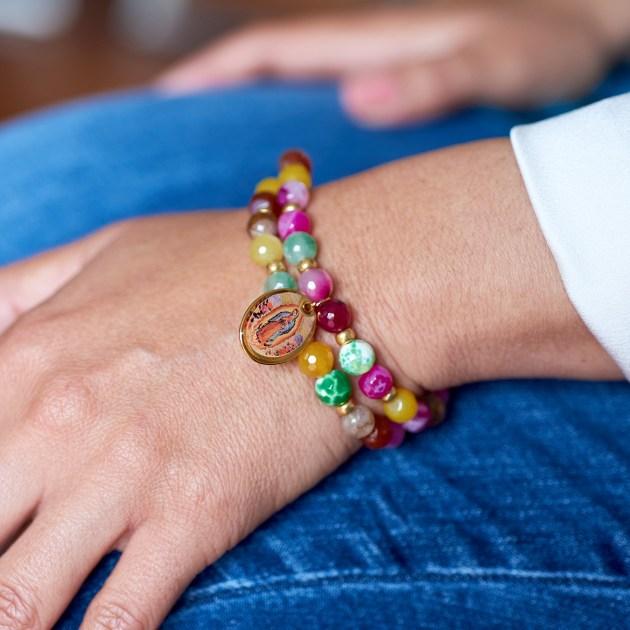 farbiges Armband -Modell Julia
