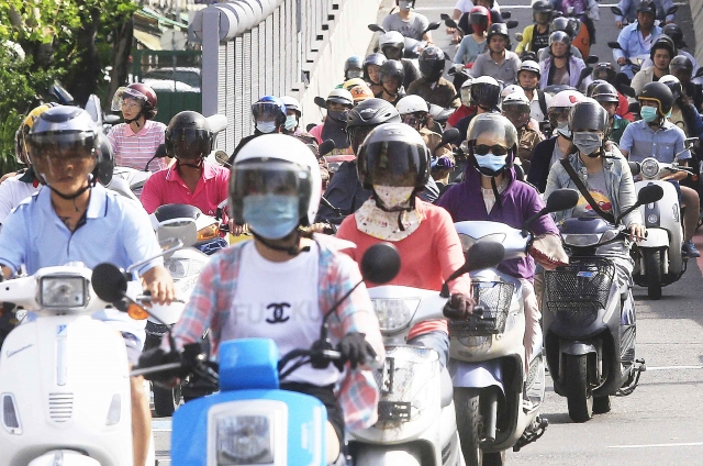 Using Totobobo mask in KaoShiung city for cycling and scooting.