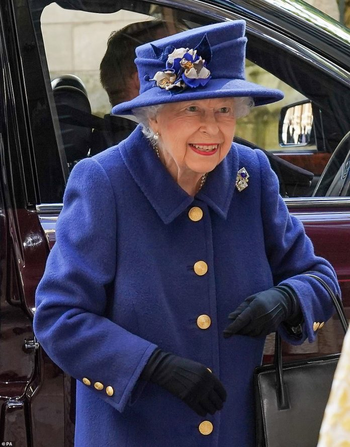Queen, 95, uses walking stick for extra support at Westminster Abbey    Daily Mail Online