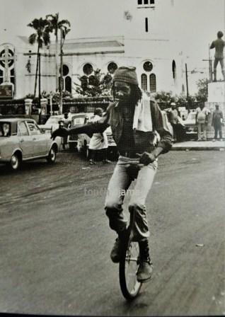Peter Tosh mit dem Einrad