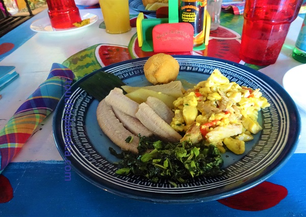 Jamaikanisches Frühstück bei Mrs.T's Kitchen in Ocho Rios.