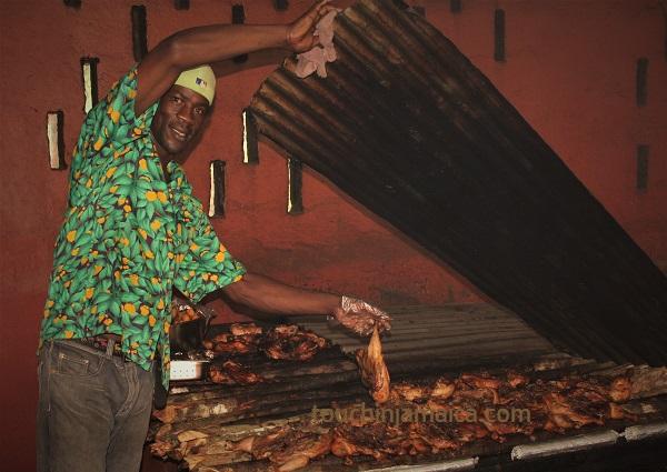Jamaikanisches Jerk ist würzig-scharfes Hühnchen - oder Schweinefleisch, welches über Pimentholz gegrillt wird.