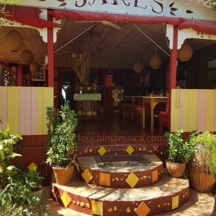 Das bekannte Jake's in Treasure Beach auf Jamaika lohnt auch als Nicht-Gast einen Besuch.