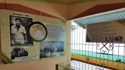 Anhand von Schautafeln und anderen Exponaten wird bei einer Führung im Wailers Museum auch die Bandgeschichte der Wailers aufgearbeitet.
