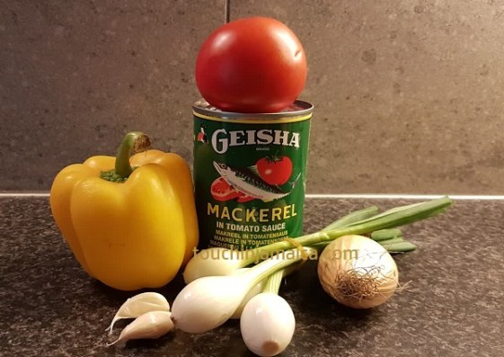 Tomatenmakrele, Zwiebel, Lauchzwiebel, Knoblauch, Paprika, Tomaten kommen in Jamaikanisches Dutty Gal.