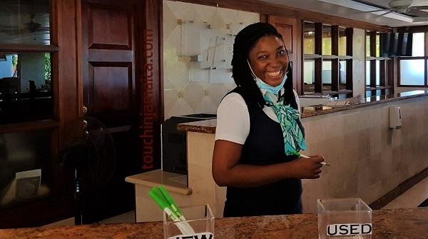 Mit Abstand das schönste Lächeln ... Devi Ann an der Rezeption im Holiday Inn Montego Bay