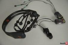 Fyziologické senzory pre monitorovanie synaptických potenciálov nervových buniek mozgu (EEG), vodivosť kože (GSR), a tlakové senzory.