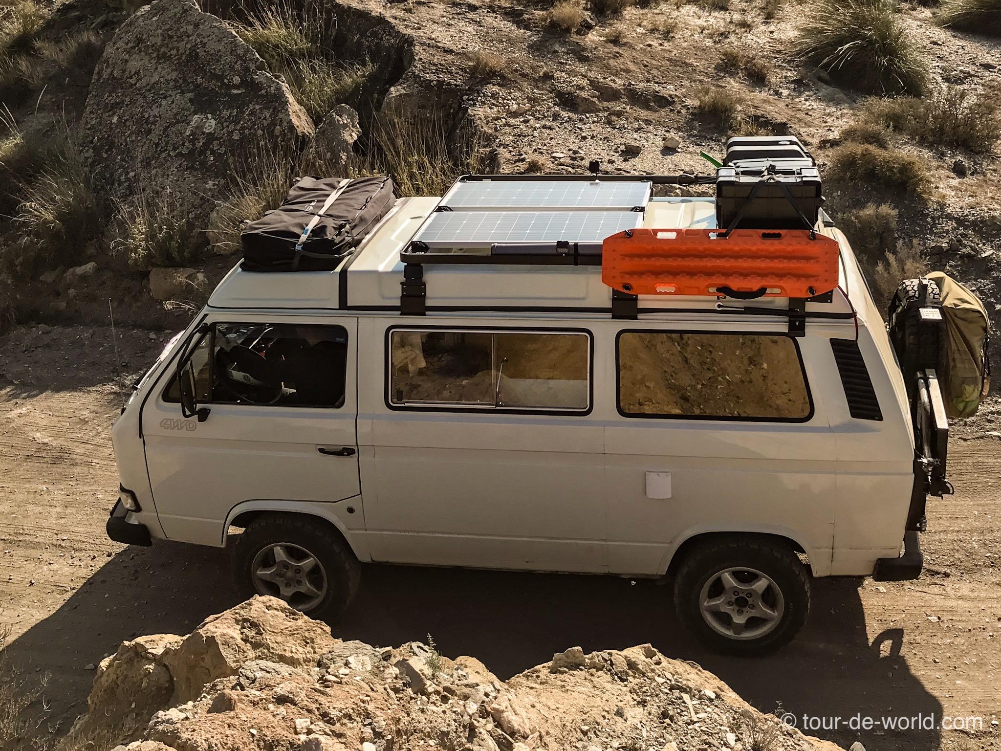 Eine autarke Austattung bei einem VW Bus Expeditionsmobil ist wichtig auf einer Weltreise. Wassertanks und Sandbleche, sowie Solar sind zwingend.