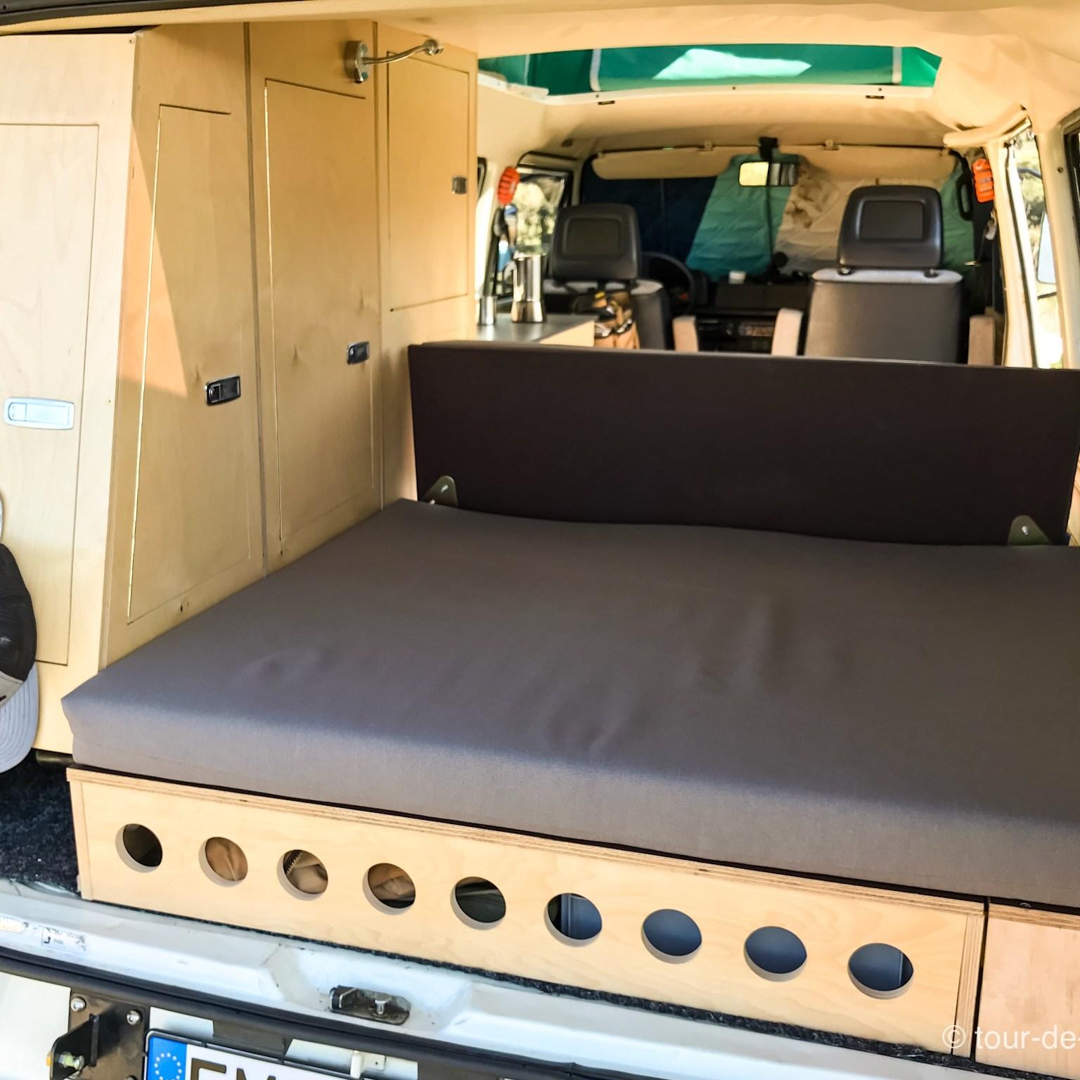 VW T3 Sncro Innenausbau hinten, erhöhter Bettstaukasten und Seitenschrankwand