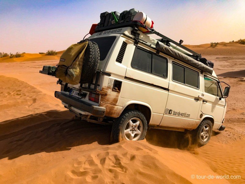 Marokko-Dünensurfen_VW_Bus
