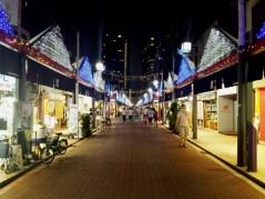 Une rue qui regroupe de nombreux restaurants