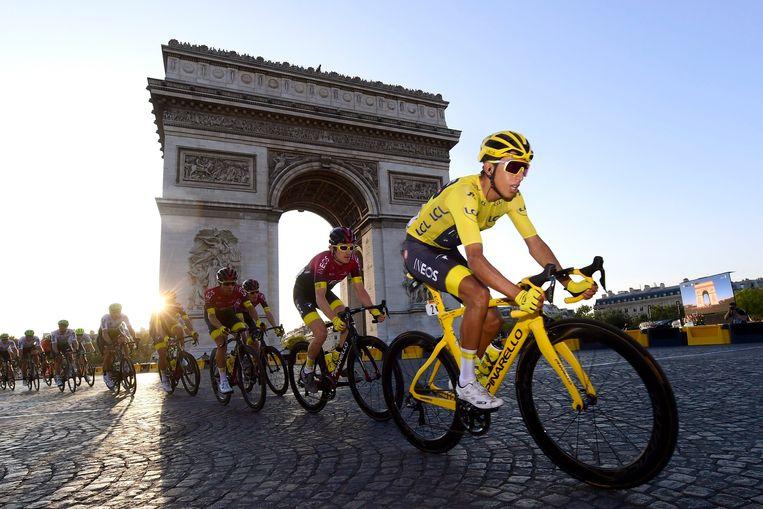 Egan Bernal in de gele trui in Parijs