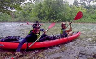 Et c'est parti pour du kayak ! Après les gorges de la chaille, traversées à pied, nous rembarquons, accompagnés de deux kayakistes !