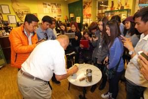 Kaffeekultur pur im Wiener Kaffeemuseum. Kaffeeguru Edmund Mayr zeigts vor.