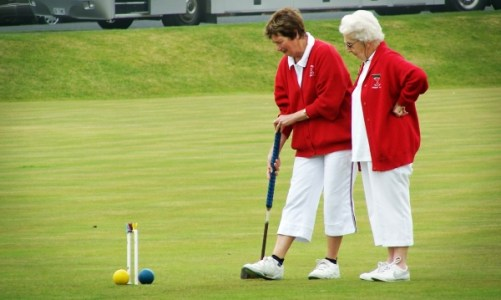old-ladies-golf-playing