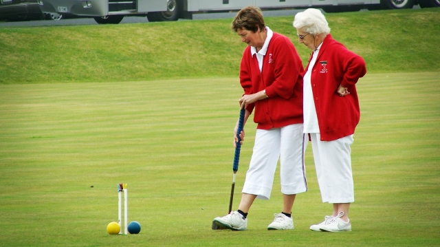 old-ladies-golf-playing