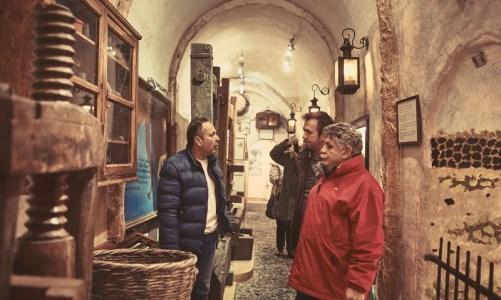 Ο κ. Λευτέρης Λαζάρου επιλέγει τοπικά προϊόντα της Ίου για το νέο μενού του Liostasi Hotel & Suites