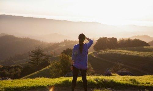 Γυναίκαι κοιτά καταπράσινους λόφους