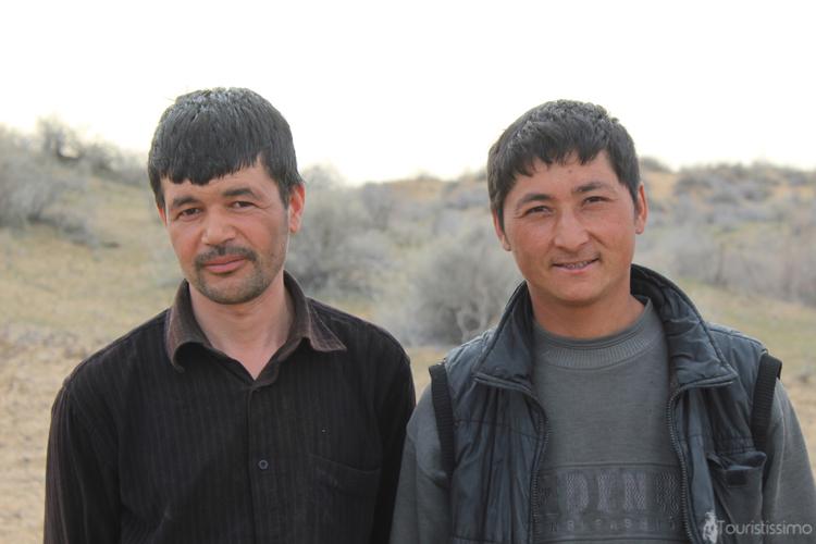 2 employés saisonniers Ouzbéki au desert Kyzyl koum